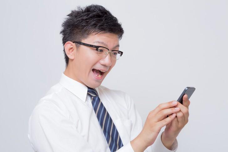 Https www pakutaso com assets c 2015 05 OZP86 iphonemitenikoniko thumb 1000xauto 16002